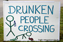 Lustige Karte, Schild, Text: DRUNKEN PEOPLE CROSSING